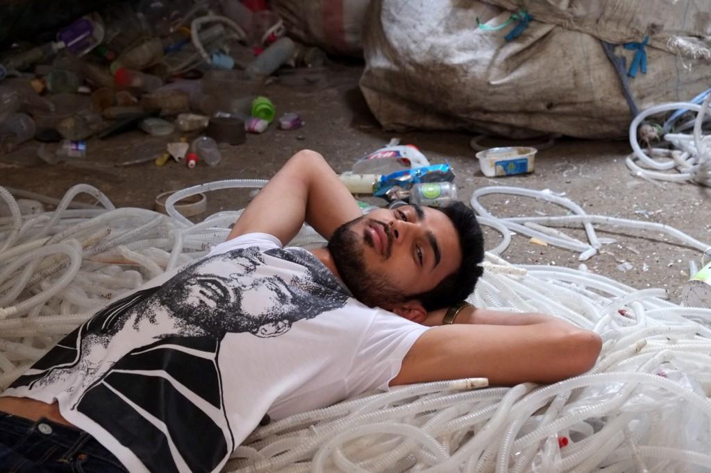 يسكن مكاريوس فى حى الزبالين التى تقع اسفل جبل المقطم فى القاهرة
